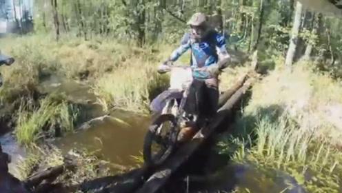 户外探险!摩托车队泥潭狂飙,逆天车技过木桥