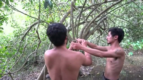 实拍:国外土著设置陷阱捕松鼠过程,烤成一顿松鼠大餐!