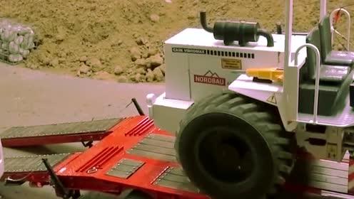 工程项目完工,压路机,开上了平板拖车,准备撤退!