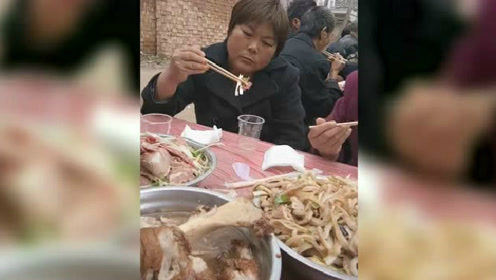 吃个饭,都这么生无可恋的样子,这菜真的有这么难吃吗