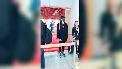 关晓彤全副武装现身机场 没穿高跟鞋都这么高