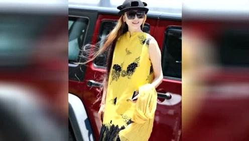 59岁杨丽萍穿亮黄色连衣裙 白嫩如18岁少女