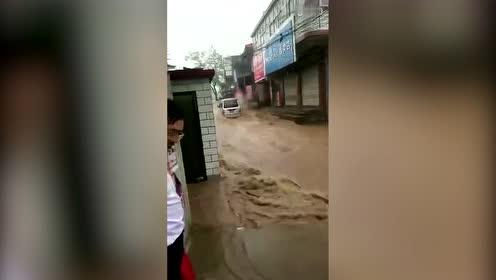 五菱神车洪流中前行
