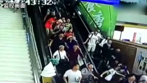 监控画面曝光!华山景区游客中心装饰吊顶掉落砸向游客