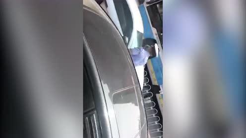 奥迪R8冲撞逃离