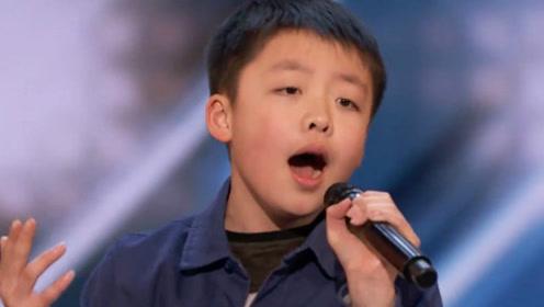 13岁华人男孩参加美国选秀 唱到三句台下观众就坐不住了 起立鼓掌