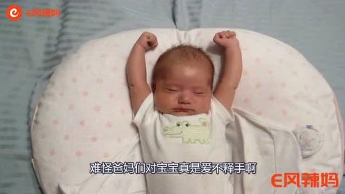 萌娃刚睡醒爸爸就松开包被,接下来萌娃的反应,真是萌翻了