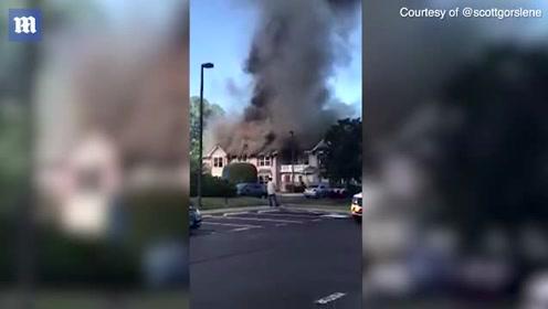 美国弗吉尼亚一直升机坠毁  砸中民宅引发大火
