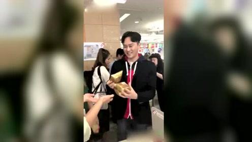 男神张智霖送月饼,月饼不重要,本人好帅啊!