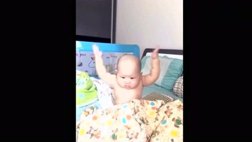 6个月小宝一觉醒来发现头发没了,一脸不乐意的表情,爸爸逗乐了