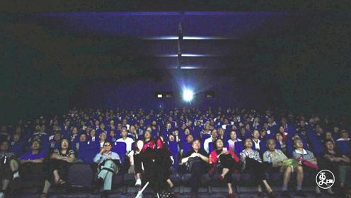 """暖心!上海大爷12年联合16家影院,专为盲人""""讲""""电影"""