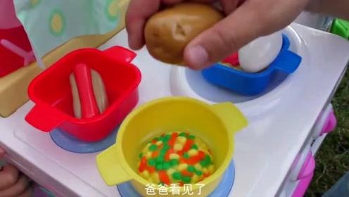 小朋友们,宝宝做的饭被爸爸偷吃了!