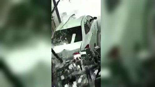 小车倒车冲进服装店 店内货架被撞稀碎