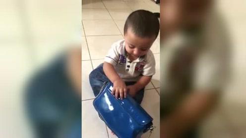 小宝宝喜欢妈妈的包包,不给玩就坐地上哭闹不肯起来