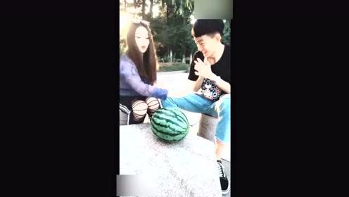 女朋友说可以用功夫劈西瓜,没想到竟然把男友给坑了!