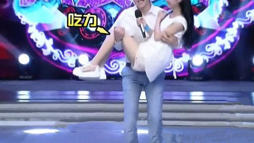 赵丽颖被邓伦公主抱,深蹲的表情好狰狞,难道赵丽颖谎报体重了!