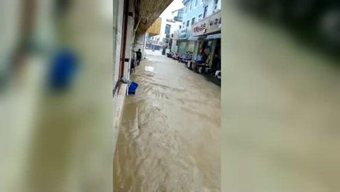 台风来袭 舟山暴雨如注