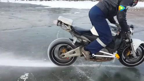 在冰面上骑摩托车加速冲刺是什么感觉,外国人真的会玩!