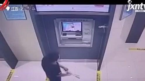 男子酒后撒野砸坏银行柜员机