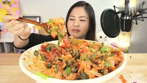 韩国美女吃辣生鱼片搅拌米饭,满满一大碗,好吃的不得了
