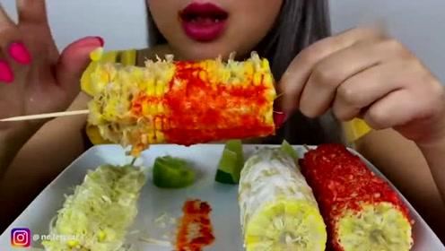 韩国美女吃玉米,一条接着一条啃,好吃的不得了