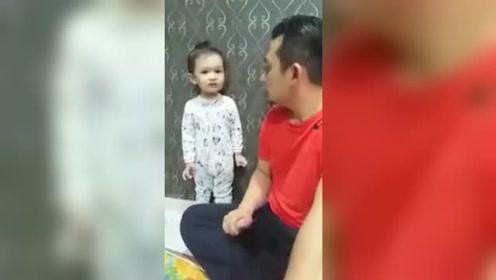 当小宝宝比父亲责骂时,可怜的小样子太可爱了