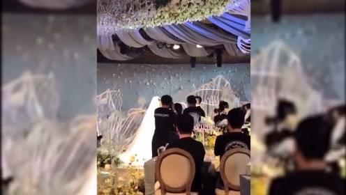 张馨予婚礼现场感人,新娘流泪向新郎表白