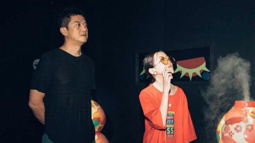 李亚鹏带女儿看画展视频曝光,李嫣身材气质完美继承王菲