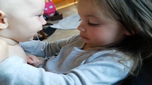 弟弟跟姐姐抱着玩,口水都要滴到姐姐衣服上了,姐姐的反应太逗了