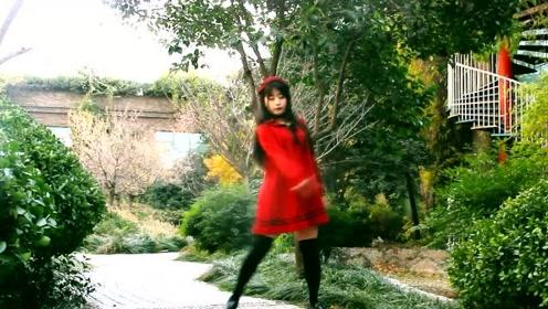 身姿卓越的小姐姐秀舞技,一袭红裙舞动起来好看的很