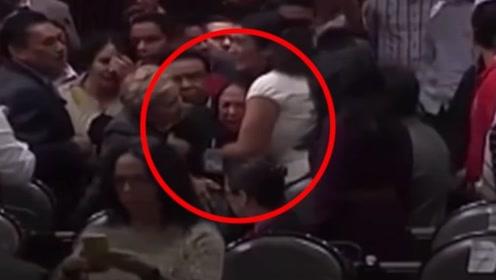 墨西哥女议员开会时听到女儿被杀噩耗 瞬间崩溃嚎啕大哭
