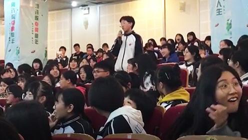 女学生全校面前开唱嗓音太惊艳,右下角女生的表情说明一切