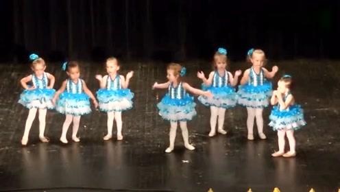 7个幼儿园宝宝在舞台上表演,最小的那个全程在捣乱,观众哄笑