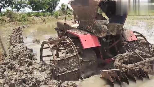 拖拉机深陷泥坑,司机快崩溃了,大马力拖拉机霸气救援