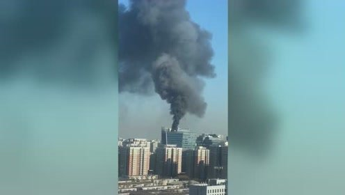浓烟滚滚!北京北四环融科大厦突发火灾