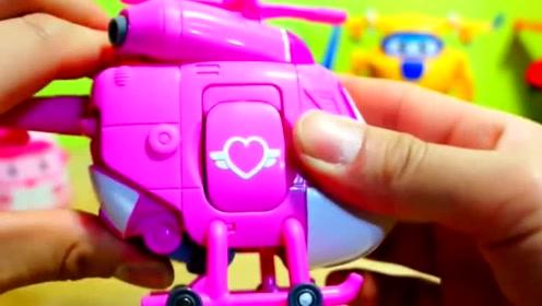 超级飞侠小爱没有朋友,小猪佩奇来找她玩过家家玩具