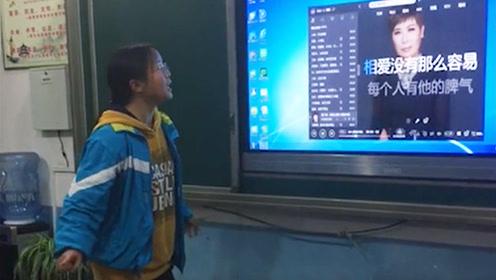 中学生讲台一展歌喉,唱到最后全班都忍不住鼓掌