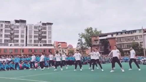 音乐一出来,学生就集体跳起来,真的太酷了