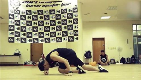 这个韩国男生的solo独舞真的是有点柔情,特别抓人眼球