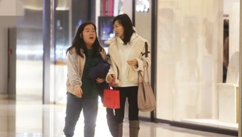 """""""小青""""陈美琪被拍与养女逛街扫货 一路亲密交谈感情深厚"""