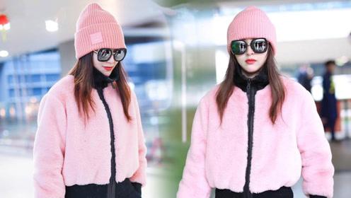 唐嫣穿粉色皮草戴针织帽走机场 粉嫩造型秀两米八长腿
