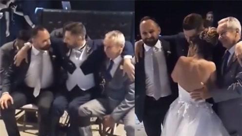 残疾男子无力起身跳新婚舞 朋友上前扛起双肩助其圆梦