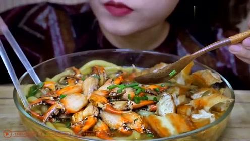 吃播小姐姐吃海鲜面,这个吃东西的声音好有诱惑力!