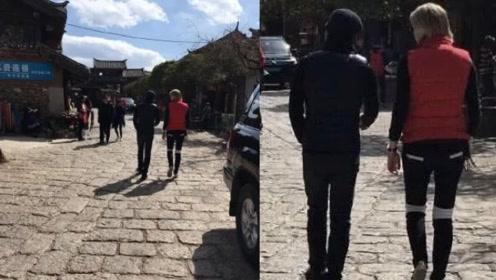 撒贝宁李白夫妇在景区被网友偶遇,洋媳妇大腿长得能到他腰