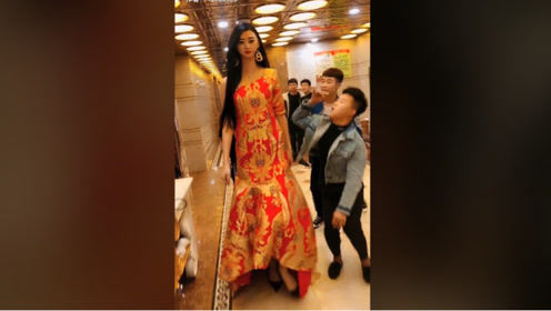 2米高的女孩,颜值还这么高,估计这辈子找不到男朋友了!