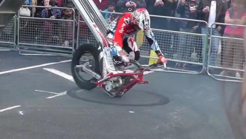 外国摩托达人玩转独轮摩托车,网友:贫穷限制了我的想象力!