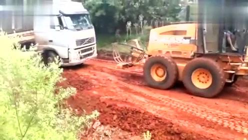 大货车土路被陷,叫上工程车来帮忙拉一把,看看是怎么做的