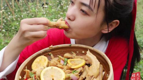 姑娘真豪爽,柠檬鸡爪1人吃3斤,大口吃肉,看着真过瘾