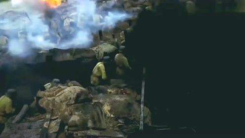 鬼子拿轰炸机掩护,朝我军阵地冲锋,战士们拿一排冲锋枪扫射鬼子