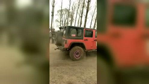 jeep爬坡起飞,车主;四驱动力爬坡完全没压力!